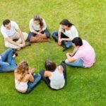12393868-gruppo-di-amici-seduti-in-un-ambiente-esterno-cerchio